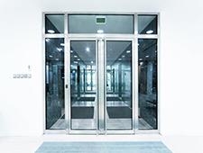 porte d'entrée vitrée en aluminium